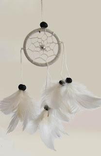 Dromenvanger versierd met veren