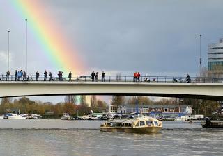 Regenboog bij uitvaart Harry Mulisch